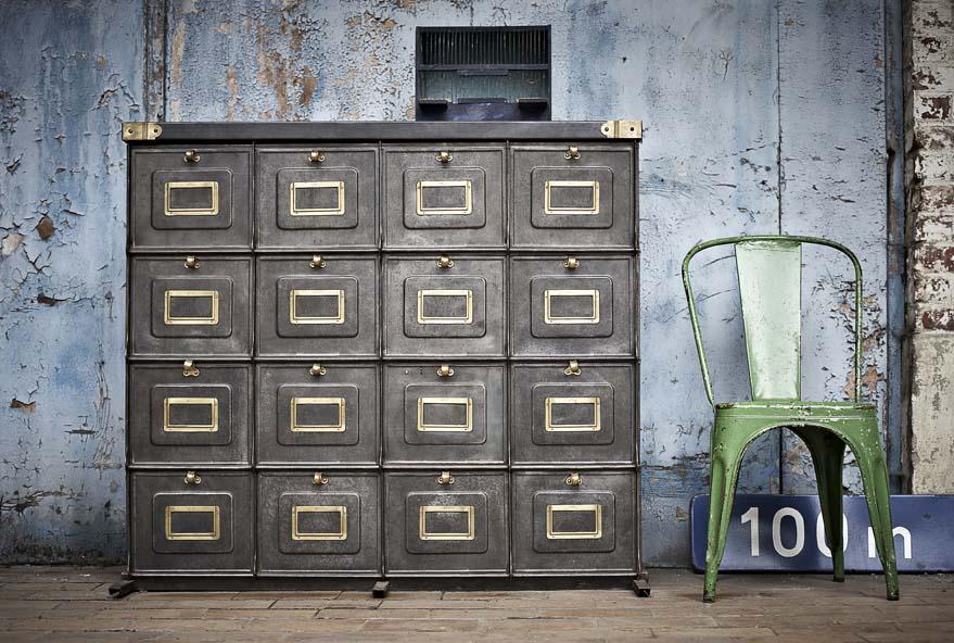 Superbe armoire clapets des ann es 1920 de la marque for L or du temps meuble industriel